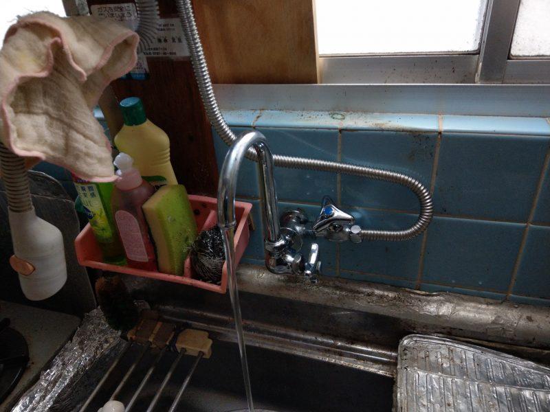 兵庫県川西市水漏れ修理 台所単水栓分岐金具とストレート止水栓とフレキパイプ交換