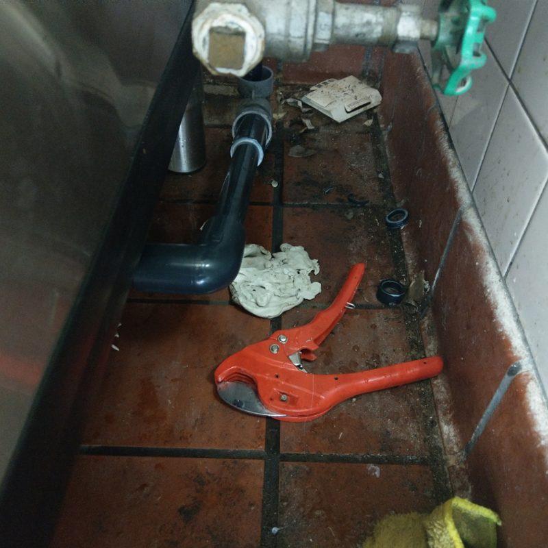 飲食店厨房内排水管水漏れ修理(大阪府大阪市鶴見区)